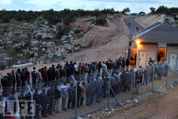 palestinians-at-israeli-checkpoint